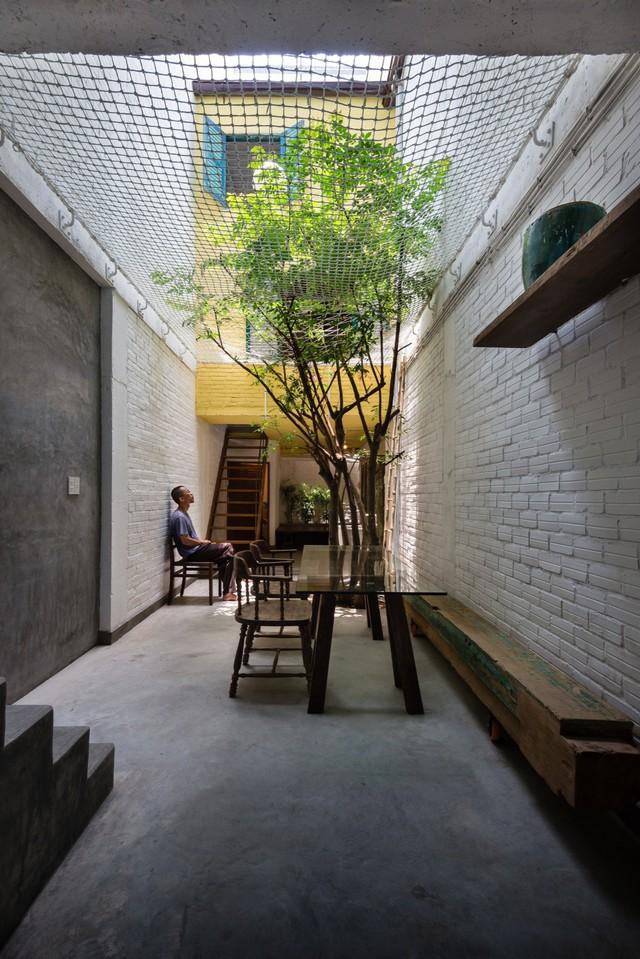 """Ngôi nhà """"nguỵ trang"""" độc đáo nhất Sài Gòn, bên ngoài xập xệ cũ nát nhưng bên trong lại là kiệt tác giữa lòng thành phố - Ảnh 3."""