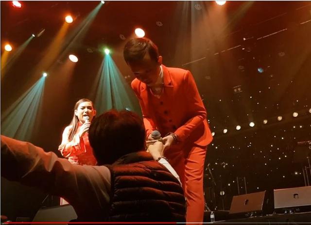 Hồ Văn Cường được mưa tiền thưởng khi lưu diễn: Phi Nhung xúi con cầm, rồi trách khán giả làm hư con - Ảnh 1.