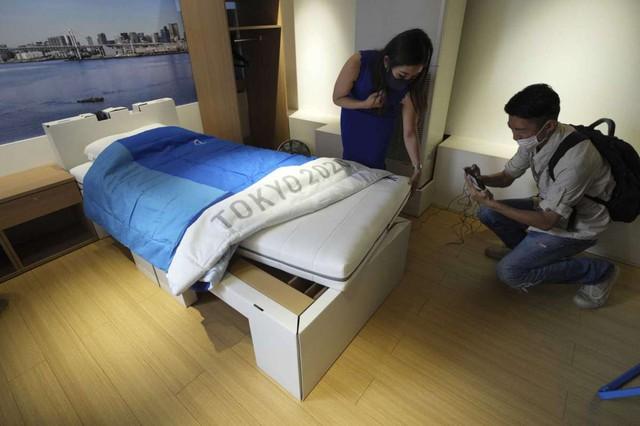 Nhật Bản lắp giường giấy ngăn vận động viên Olympic mây mưa - Ảnh 1.
