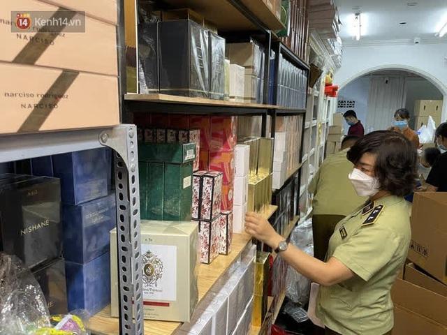 Đột kích cửa hàng ở phố cổ Hà Nội, thu giữ hàng nghìn chai nước hoa Gucci, Dolce & Gabbana, Good Girl... không rõ nguồn gốc - Ảnh 2.