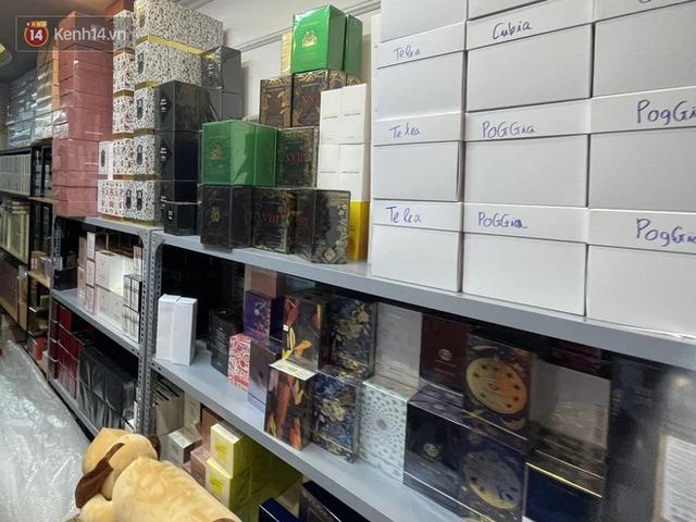 Đột kích cửa hàng ở phố cổ Hà Nội, thu giữ hàng nghìn chai nước hoa Gucci, Dolce & Gabbana, Good Girl... không rõ nguồn gốc - Ảnh 3.
