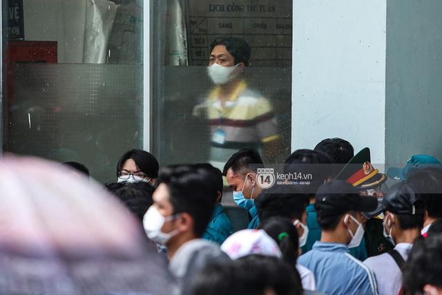 Ảnh, clip: Hơn 9.000 người tại TP HCM đến Nhà thi đấu Phú Thọ chờ tiêm vaccine Covid-19 - Ảnh 3.
