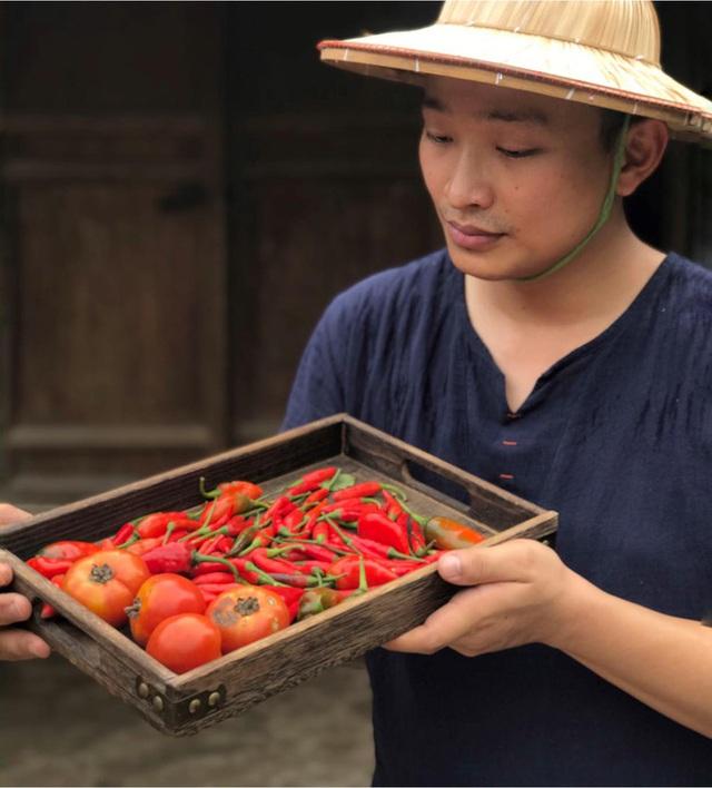 9X xứ Thanh bỏ lương nghìn USD về quê khởi nghiệp với ớt, cà chua, thu về hàng tỷ đồng/năm - Ảnh 1.
