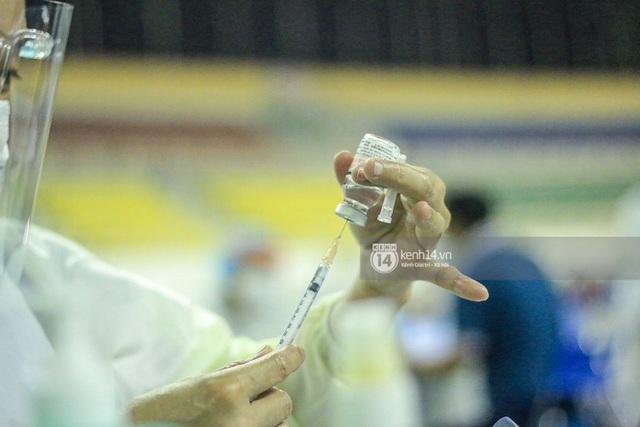 Ảnh, clip: Hơn 9.000 người tại TP HCM đến Nhà thi đấu Phú Thọ chờ tiêm vaccine Covid-19 - Ảnh 12.