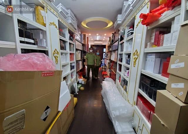 Đột kích cửa hàng ở phố cổ Hà Nội, thu giữ hàng nghìn chai nước hoa Gucci, Dolce & Gabbana, Good Girl... không rõ nguồn gốc - Ảnh 4.