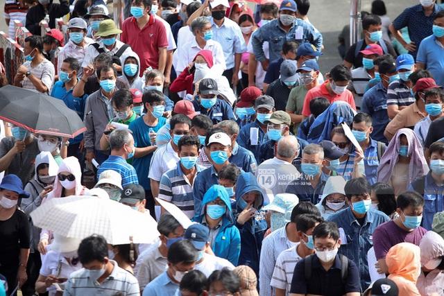 Ảnh, clip: Hơn 9.000 người tại TP HCM đến Nhà thi đấu Phú Thọ chờ tiêm vaccine Covid-19 - Ảnh 5.