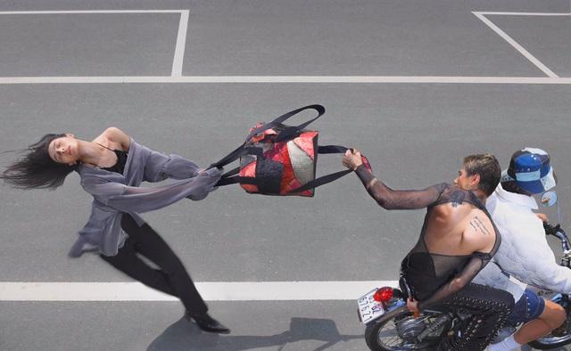 Bộ ảnh dàn cảnh cướp giật ở Sài Gòn của một thương hiệu thời trang gây tranh cãi: Đỉnh cao sáng tạo content hay phản cảm? - Ảnh 4.