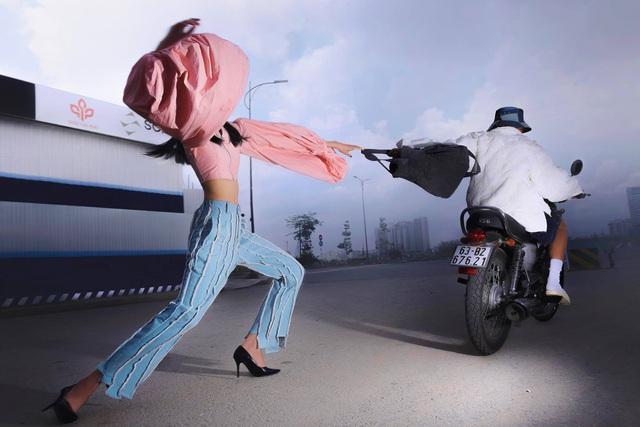 Bộ ảnh dàn cảnh cướp giật ở Sài Gòn của một thương hiệu thời trang gây tranh cãi: Đỉnh cao sáng tạo content hay phản cảm? - Ảnh 1.