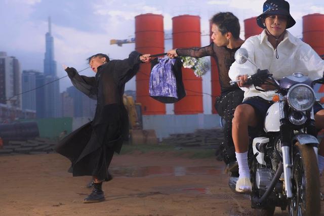 Bộ ảnh dàn cảnh cướp giật ở Sài Gòn của một thương hiệu thời trang gây tranh cãi: Đỉnh cao sáng tạo content hay phản cảm? - Ảnh 3.