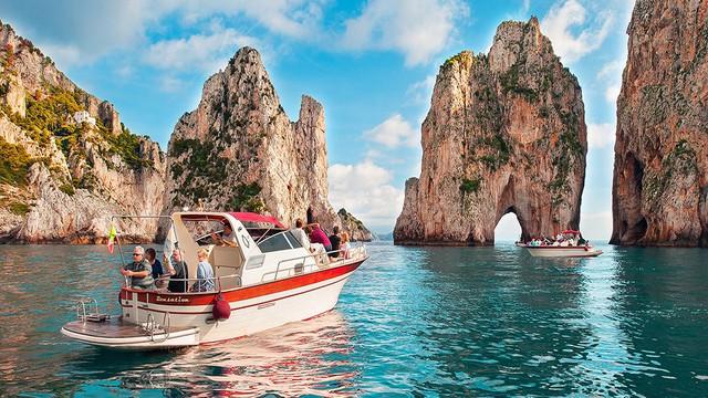 Choáng ngợp Capri – hòn đảo không Covid-19 ở châu Âu, điểm nghỉ dưỡng siêu cao cấp của người giàu trời Tây - Ảnh 1.