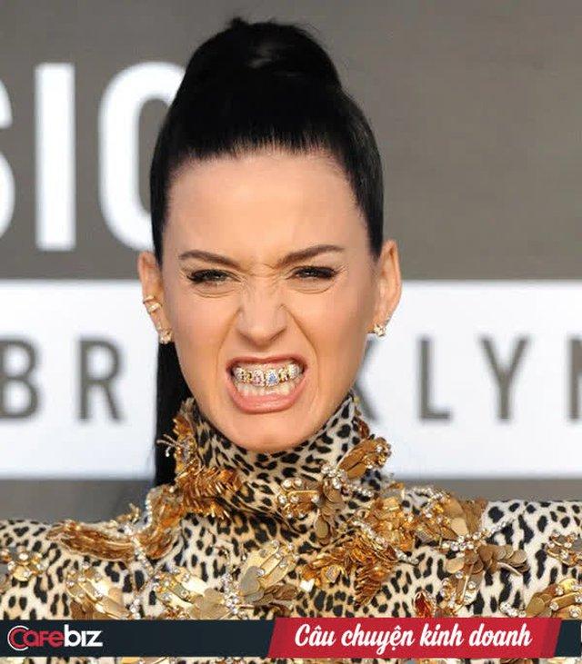 """Chân dung """"ông vua kim hoàn"""" người Việt vừa bán dây chuyền kim cương 730 triệu đồng cho Khoa Pug: Đi lên từ thợ sửa đồng hồ, chế tác trang sức cho Katy Perry, Cardi B, Snoop Dog,... tài sản 27 triệu USD vẫn đi dép """"Lào"""", điện thoại vỡ màn hinh - Ảnh 5."""