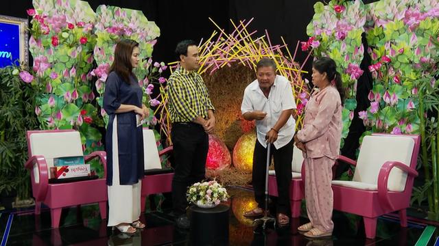 MC Quyền Linh bật khóc, bỏ tiền túi 20 triệu cho cặp vợ chồng già bệnh tật phải đi bán vé số nuôi con - Ảnh 1.