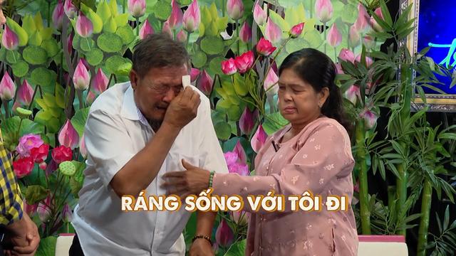 MC Quyền Linh bật khóc, bỏ tiền túi 20 triệu cho cặp vợ chồng già bệnh tật phải đi bán vé số nuôi con - Ảnh 2.