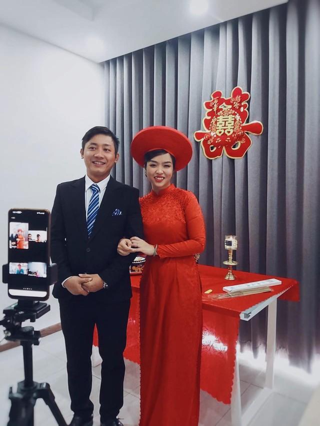 Đám cưới mùa dịch của cặp đôi Sài Gòn tổ chức trên Zoom, họ hàng phấn khởi dự tiệc online - Ảnh 1.