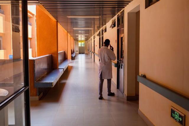 Quốc gia bị Covid-19 bỏ quên: Bệnh viện bỏ hoang, khu cách ly phủ bụi, không ai phải đeo khẩu trang, cuộc sống như chưa hề có đại dịch - Ảnh 1.