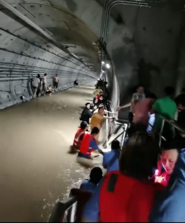 Kinh hoàng 500 người mắc kẹt, 12 người chết ở tàu điện ngầm TQ vì lũ lớn: Dự đoán lý do tử vong đau lòng - Ảnh 1.