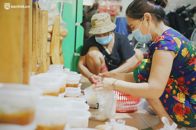 Mẹ khiếm thị, con trai nấu cơm rồi đi khắp Sài Gòn để tặng người khuyết tật: Mẹ có anh đi còn té ngã, cô chú ngoài kia chẳng biết sống sao - Ảnh 2.