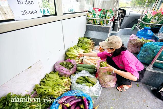 Người Sài Gòn lên xe buýt để... mua rau củ, thịt cá giá bình ổn, vẫn đảm bảo an toàn nhưng quan trọng là cái gì cũng tươi ngon!  - Ảnh 1.