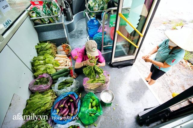 Người Sài Gòn lên xe buýt để... mua rau củ, thịt cá giá bình ổn, vẫn đảm bảo an toàn nhưng quan trọng là cái gì cũng tươi ngon!  - Ảnh 2.