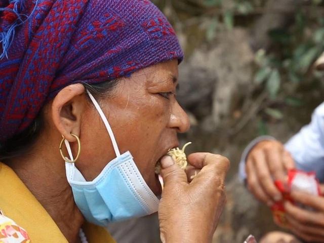 30 công nhân đi bộ xuyên đêm từ Bình Định về quê, gói mì của CSGT khiến ai cũng rưng rưng nước mắt - Ảnh 2.