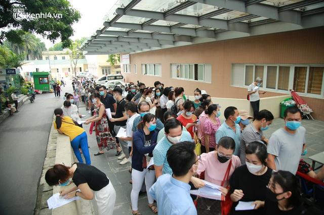 Hà Nội: Dòng người chen chân đến Bệnh viện E chờ tiêm phòng vắc xin Covid-19 - Ảnh 3.