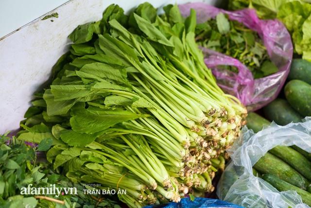 Người Sài Gòn lên xe buýt để... mua rau củ, thịt cá giá bình ổn, vẫn đảm bảo an toàn nhưng quan trọng là cái gì cũng tươi ngon!  - Ảnh 12.