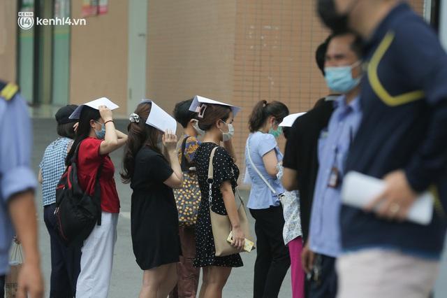 Hà Nội: Dòng người chen chân đến Bệnh viện E chờ tiêm phòng vắc xin Covid-19 - Ảnh 14.