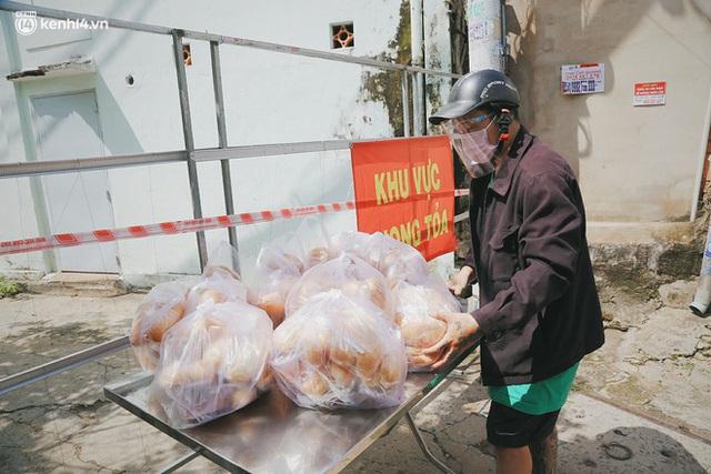 Mẹ khiếm thị, con trai nấu cơm rồi đi khắp Sài Gòn để tặng người khuyết tật: Mẹ có anh đi còn té ngã, cô chú ngoài kia chẳng biết sống sao - Ảnh 14.