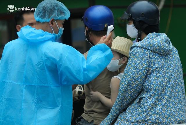 Hà Nội: Dòng người chen chân đến Bệnh viện E chờ tiêm phòng vắc xin Covid-19 - Ảnh 15.