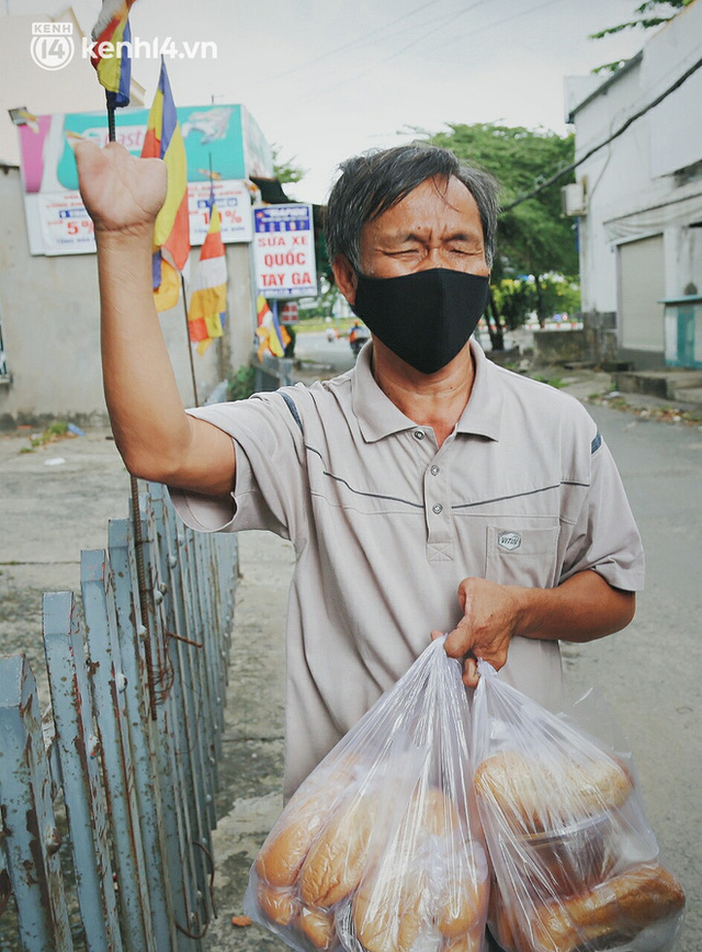 Mẹ khiếm thị, con trai nấu cơm rồi đi khắp Sài Gòn để tặng người khuyết tật: Mẹ có anh đi còn té ngã, cô chú ngoài kia chẳng biết sống sao - Ảnh 15.