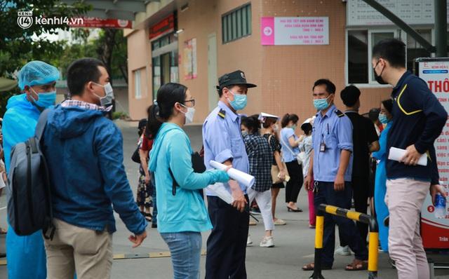Hà Nội: Dòng người chen chân đến Bệnh viện E chờ tiêm phòng vắc xin Covid-19 - Ảnh 16.
