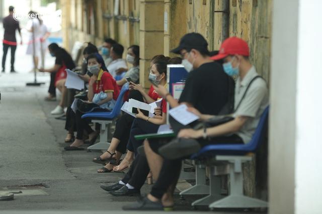 Hà Nội: Dòng người chen chân đến Bệnh viện E chờ tiêm phòng vắc xin Covid-19 - Ảnh 17.
