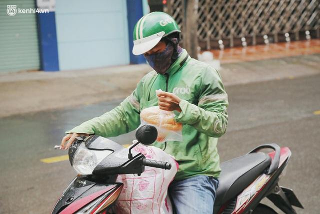 Mẹ khiếm thị, con trai nấu cơm rồi đi khắp Sài Gòn để tặng người khuyết tật: Mẹ có anh đi còn té ngã, cô chú ngoài kia chẳng biết sống sao - Ảnh 20.
