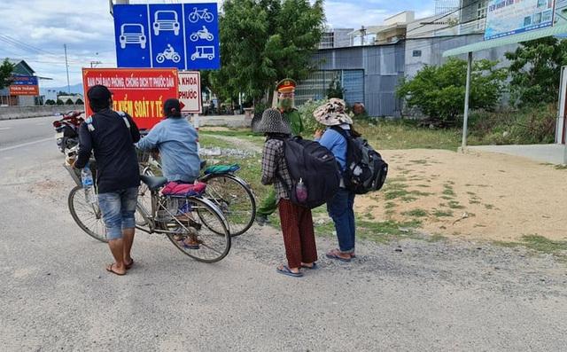 30 công nhân đi bộ xuyên đêm từ Bình Định về quê, gói mì của CSGT khiến ai cũng rưng rưng nước mắt - Ảnh 4.