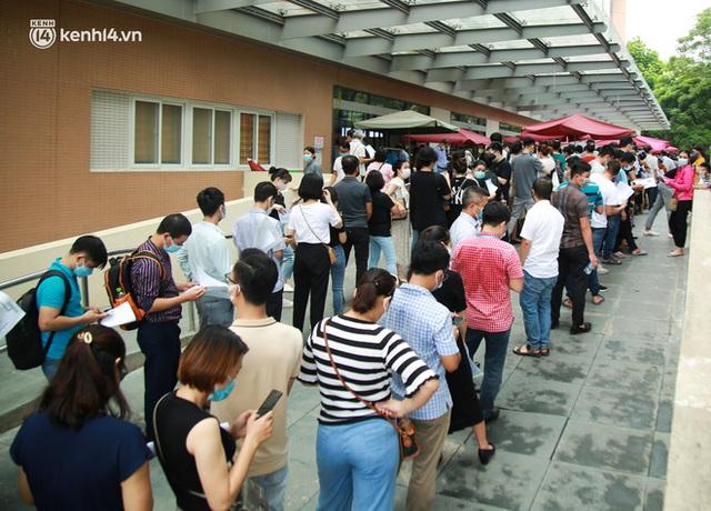 Hà Nội: Dòng người chen chân đến Bệnh viện E chờ tiêm phòng vắc xin Covid-19 - Ảnh 4.