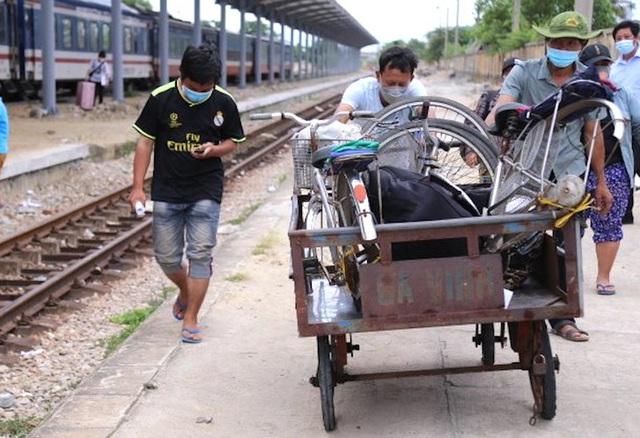 Gia đình 4 người đạp xe từ Đồng Nai đã về đến Nghệ An, được đưa đi cách ly tập trung - Ảnh 3.