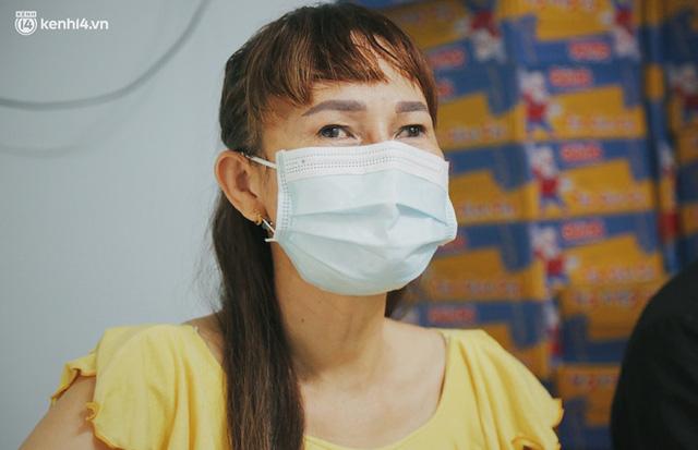 Mẹ khiếm thị, con trai nấu cơm rồi đi khắp Sài Gòn để tặng người khuyết tật: Mẹ có anh đi còn té ngã, cô chú ngoài kia chẳng biết sống sao - Ảnh 4.