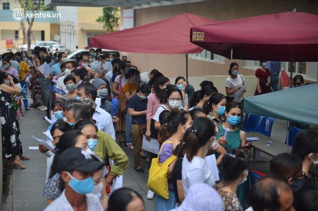 Hà Nội: Dòng người chen chân đến Bệnh viện E chờ tiêm phòng vắc xin Covid-19 - Ảnh 5.