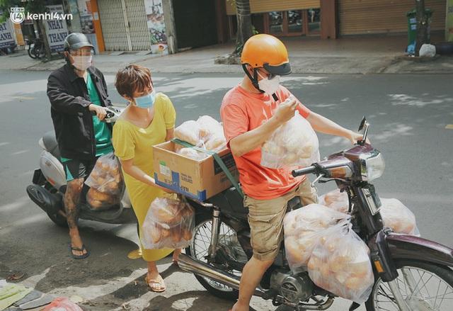 Mẹ khiếm thị, con trai nấu cơm rồi đi khắp Sài Gòn để tặng người khuyết tật: Mẹ có anh đi còn té ngã, cô chú ngoài kia chẳng biết sống sao - Ảnh 5.