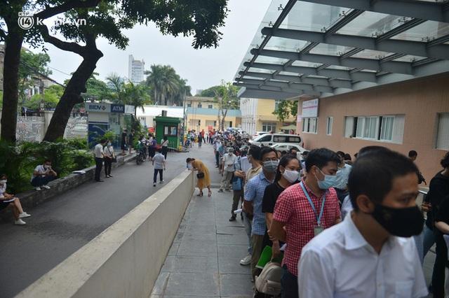 Hà Nội: Dòng người chen chân đến Bệnh viện E chờ tiêm phòng vắc xin Covid-19 - Ảnh 6.