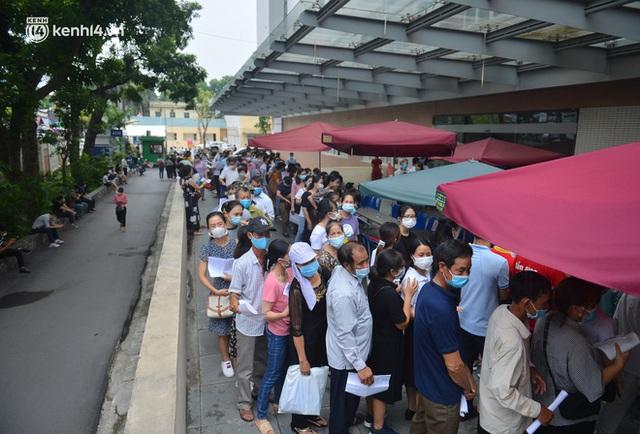 Hà Nội: Dòng người chen chân đến Bệnh viện E chờ tiêm phòng vắc xin Covid-19 - Ảnh 7.