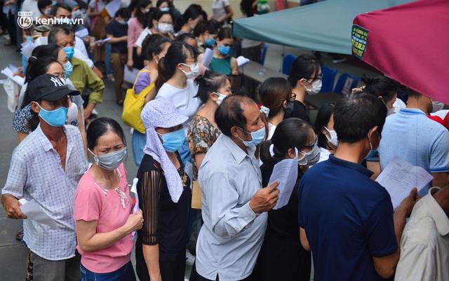 Hà Nội: Dòng người chen chân đến Bệnh viện E chờ tiêm phòng vắc xin Covid-19 - Ảnh 8.