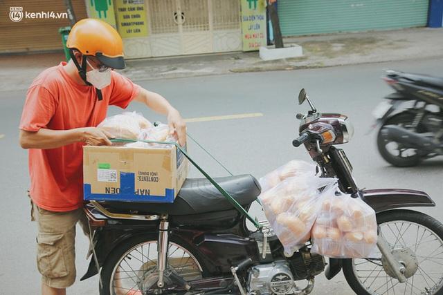 Mẹ khiếm thị, con trai nấu cơm rồi đi khắp Sài Gòn để tặng người khuyết tật: Mẹ có anh đi còn té ngã, cô chú ngoài kia chẳng biết sống sao - Ảnh 8.