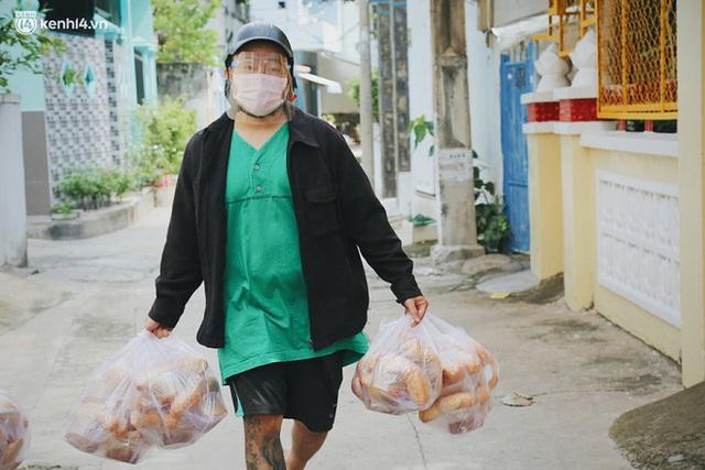 Mẹ khiếm thị, con trai nấu cơm rồi đi khắp Sài Gòn để tặng người khuyết tật: Mẹ có anh đi còn té ngã, cô chú ngoài kia chẳng biết sống sao - Ảnh 9.