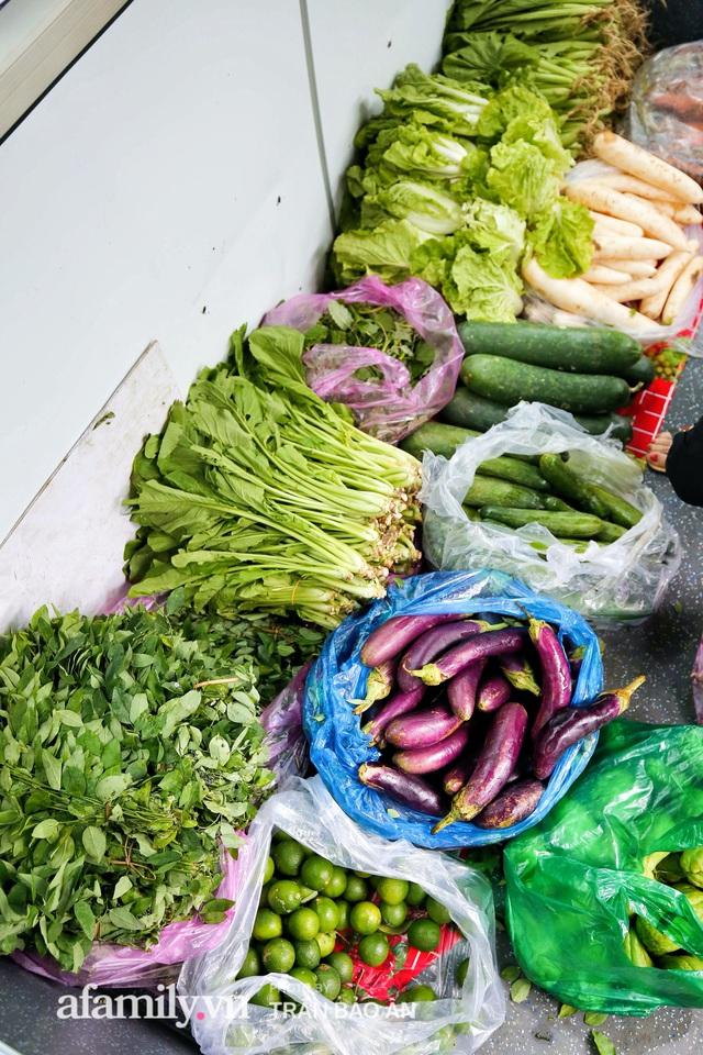 Người Sài Gòn lên xe buýt để... mua rau củ, thịt cá giá bình ổn, vẫn đảm bảo an toàn nhưng quan trọng là cái gì cũng tươi ngon!  - Ảnh 9.