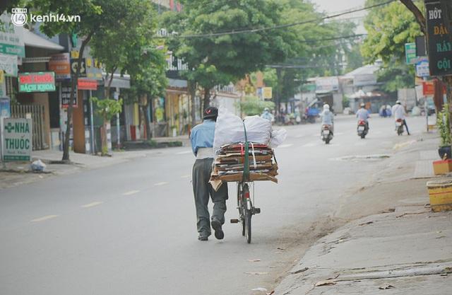 Mẹ khiếm thị, con trai nấu cơm rồi đi khắp Sài Gòn để tặng người khuyết tật: Mẹ có anh đi còn té ngã, cô chú ngoài kia chẳng biết sống sao - Ảnh 10.