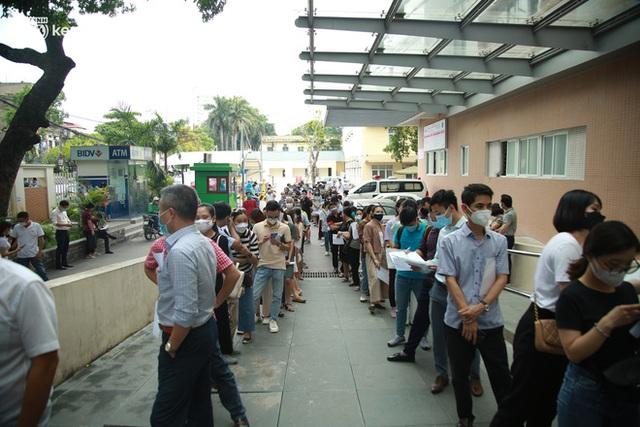 Hà Nội: Dòng người chen chân đến Bệnh viện E chờ tiêm phòng vắc xin Covid-19 - Ảnh 11.