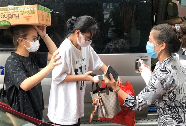 Hà Nội: Hàng trăm sinh viên KTX Mỹ Đình 2 đội mưa chuyển đồ, nhường chỗ cho khu cách ly Covid-19 - Ảnh 15.
