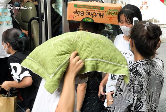 Hà Nội: Hàng trăm sinh viên KTX Mỹ Đình 2 đội mưa chuyển đồ, nhường chỗ cho khu cách ly Covid-19 - Ảnh 16.