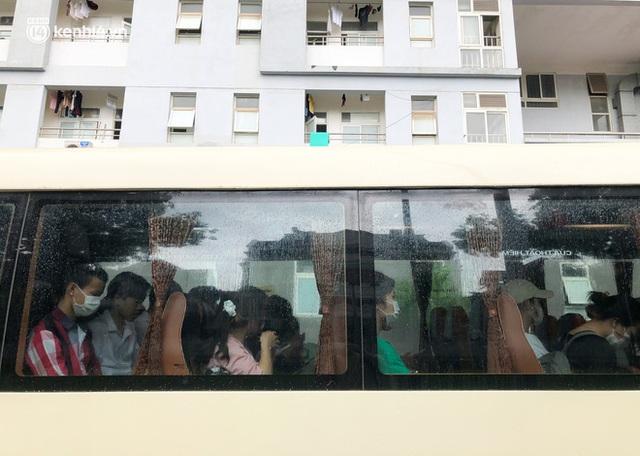 Hà Nội: Hàng trăm sinh viên KTX Mỹ Đình 2 đội mưa chuyển đồ, nhường chỗ cho khu cách ly Covid-19 - Ảnh 18.